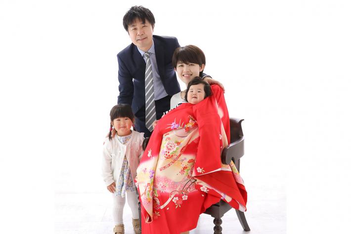 赤い産着を着た女性と家族