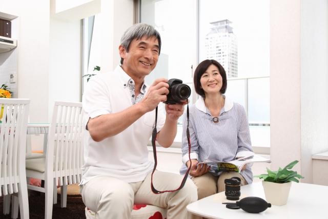 カメラを持つ祖父母