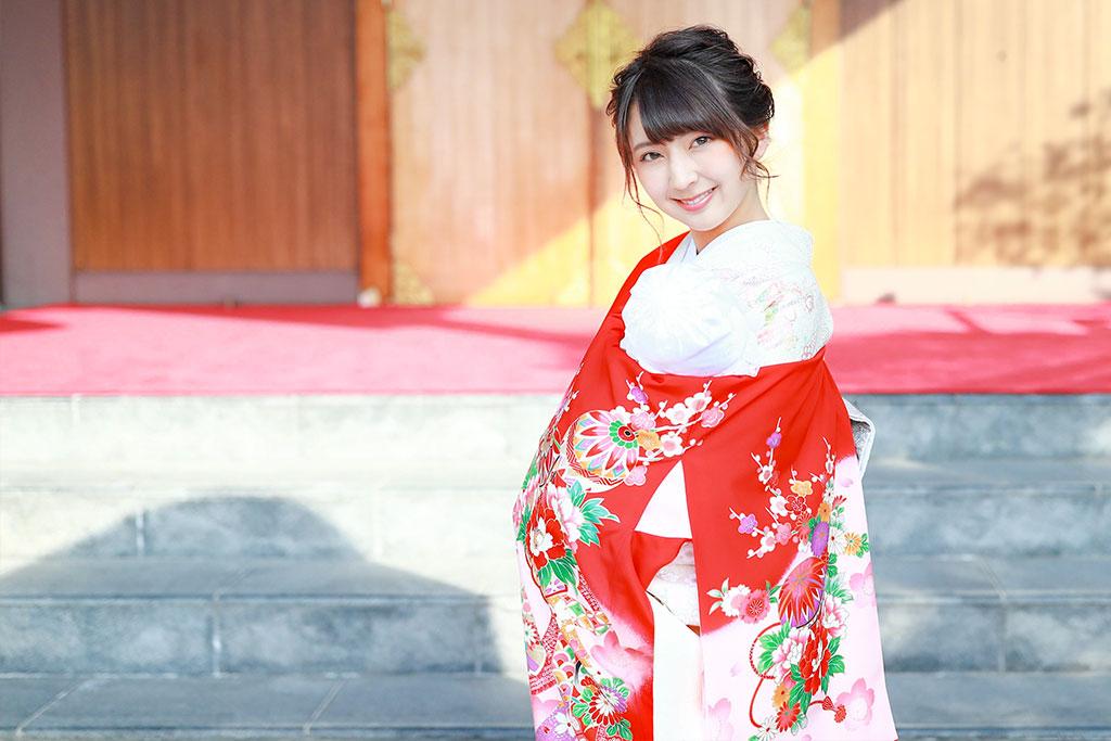 赤い産着を着た女性