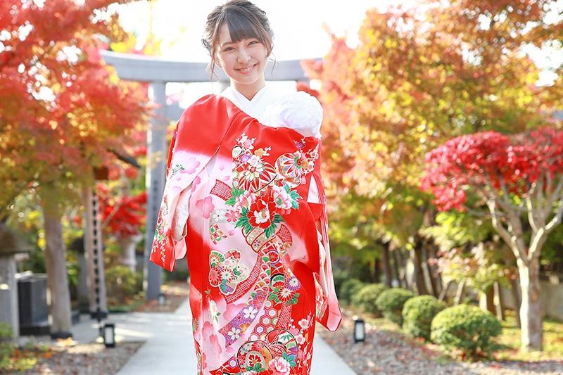 お宮参りの着物の訪問着と赤い産着を着たt女性