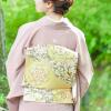 ピンク色の色留袖を着た女性
