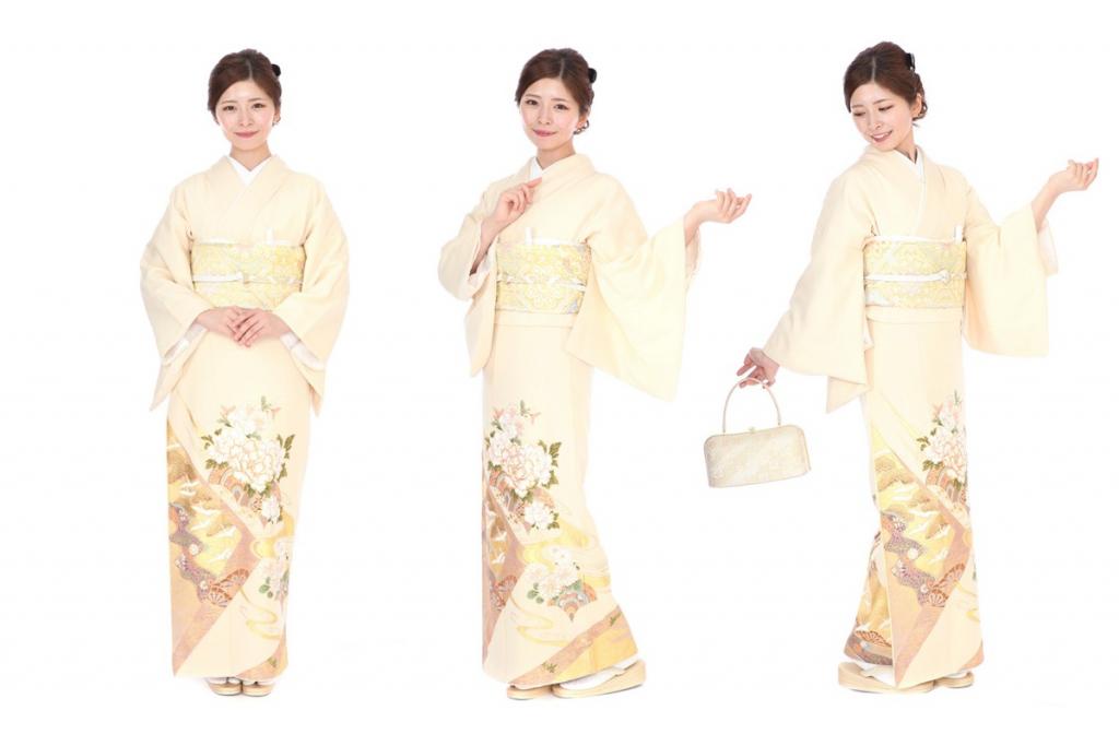 桂由美 クリーム地に牡丹や菊に金の波文の色留袖を着た女性