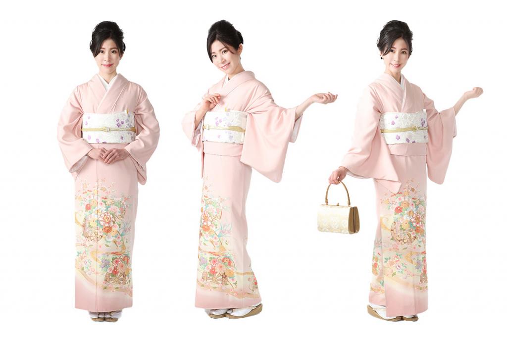 ピンクに源氏車と花の色留袖を着た女性