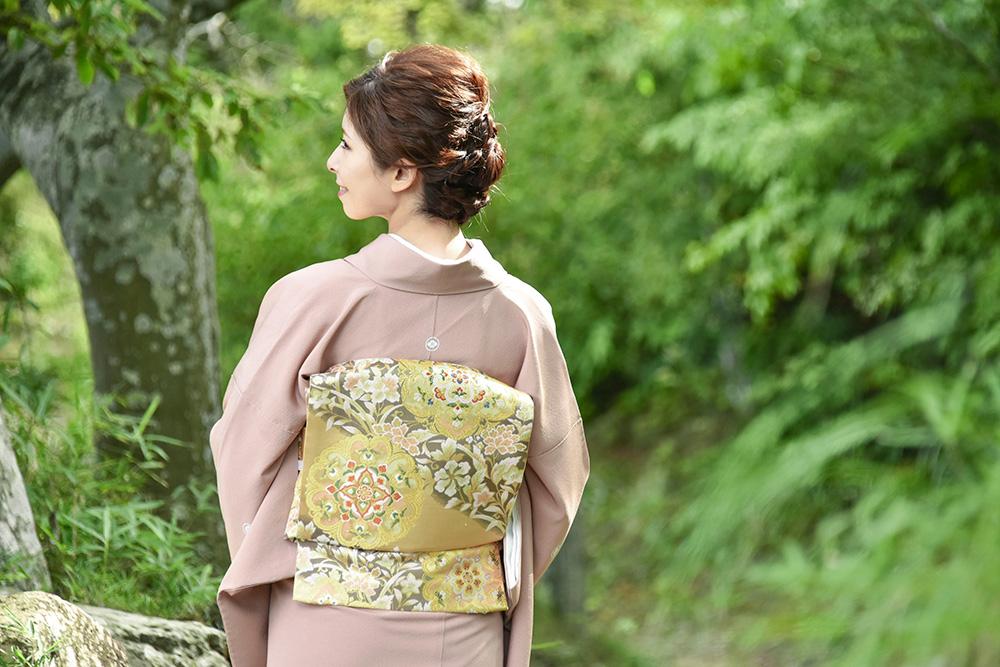三つ紋の色留袖を着た女性