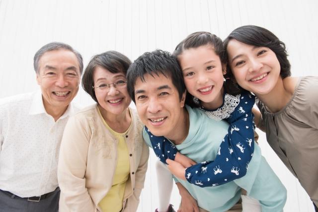 笑顔の祖父母と家族