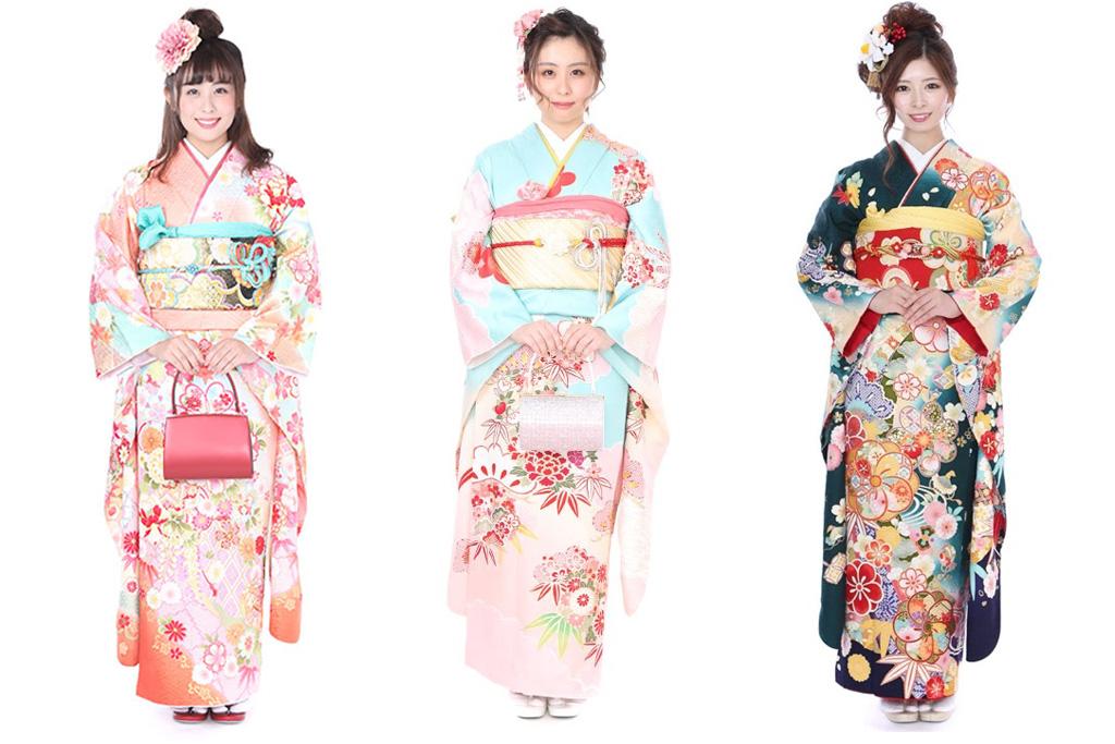 ピンク・オレンジの振袖を着た女性と水色の振袖を着た女性と紺色の振袖を着た女性
