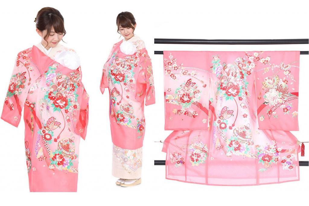 ピンク地に鈴と蝶の絽の産着を着た女性