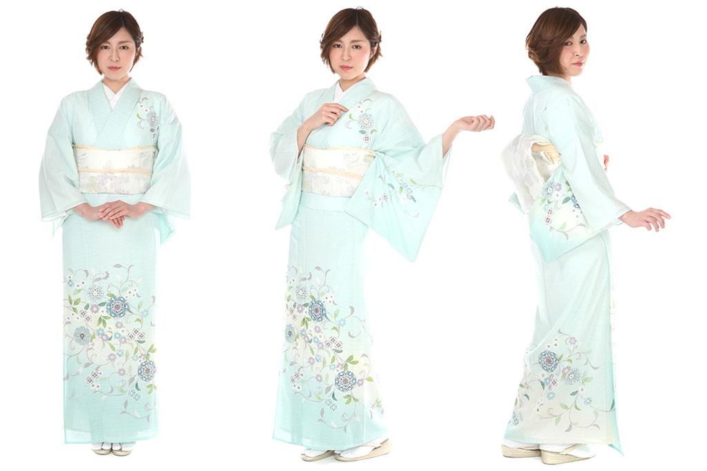 夏のお宮参りの服装の絽の訪問着を着た女性