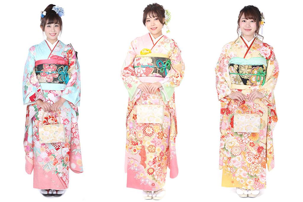水色の振袖を着た女性とピンク色の振袖を着た女性と黄色の振袖を着た女性