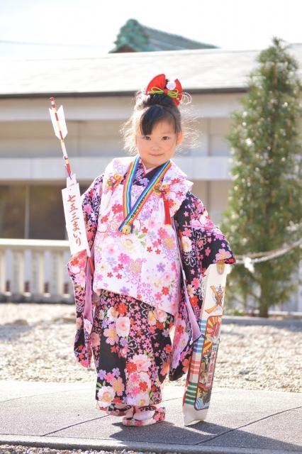 七五三の三歳被布の着物を着た女の子