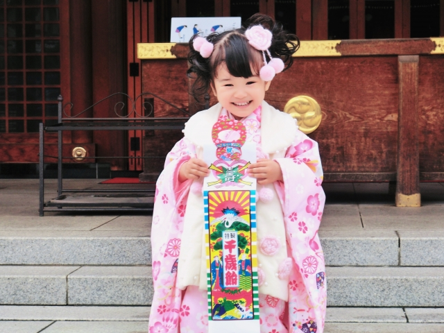 七五三の白とピンクの被布着物を着た女の子