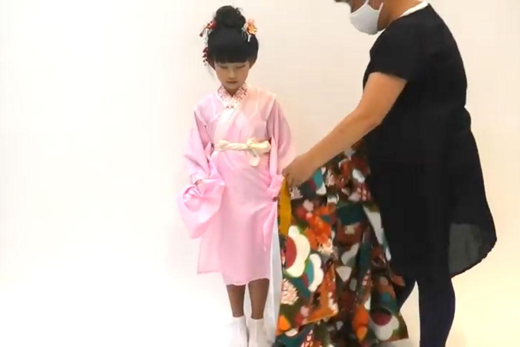 七五三 七歳女の子の着付け 着物を着せる
