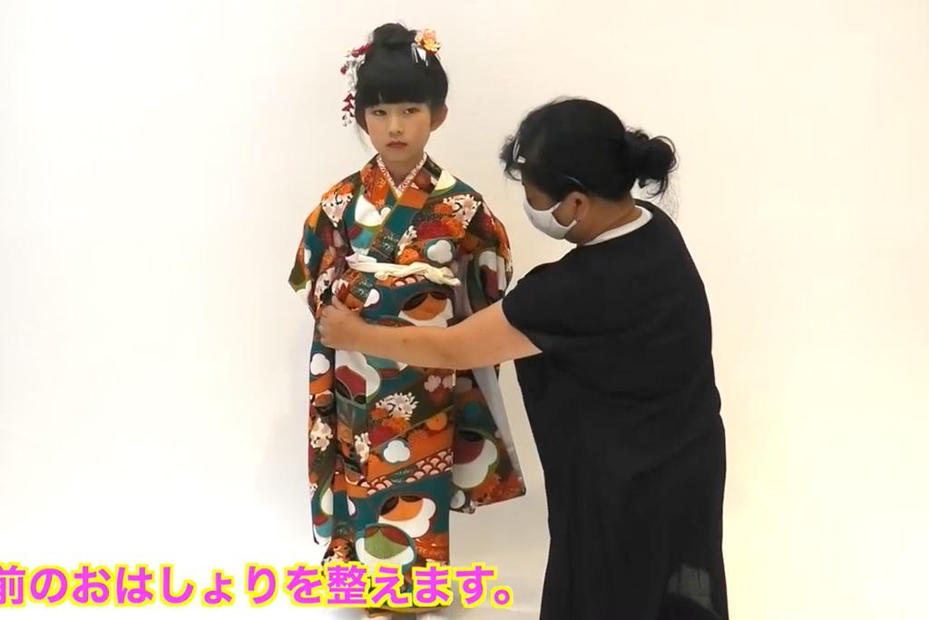 七五三 七歳女の子の着付け 上前のおはしょりを整える
