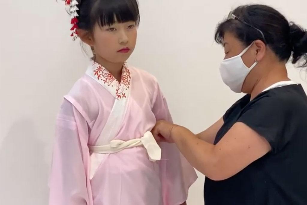 七五三 七歳女の子の着付け 襦袢の裾をしまう