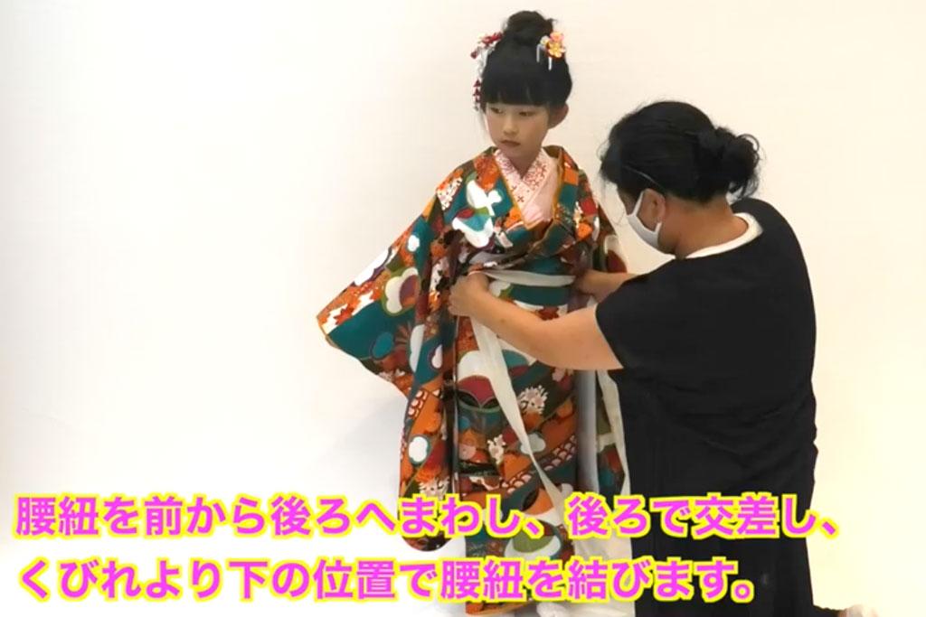 七五三 七歳女の子の着付け 上前で着丈と身幅を決めます。裾は足の甲すれすれがよいでしょう。