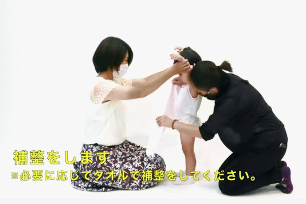 三歳女の子の七五三の着付けをするママ