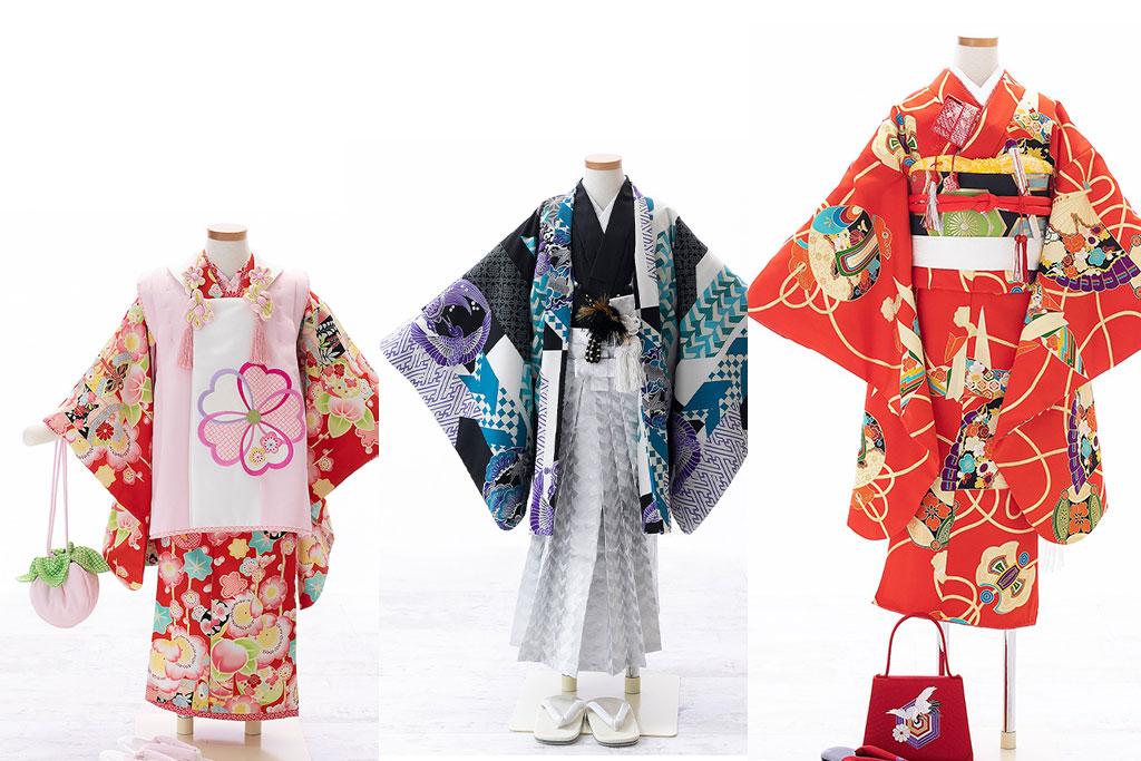 赤と白の女の子の着物と黒と銀の男の子の羽織袴と朱色の女の子の着物