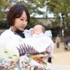 白い産着を着た女性と赤ちゃん