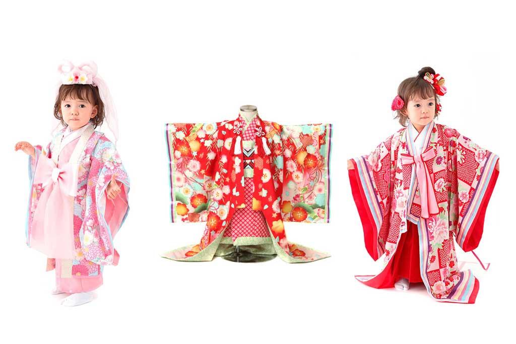 ピンクの着物を着た女の子と赤い着物と赤い着物を着た女の子