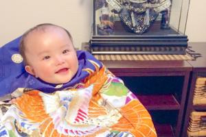青い産着を来た赤ちゃんと五月兜