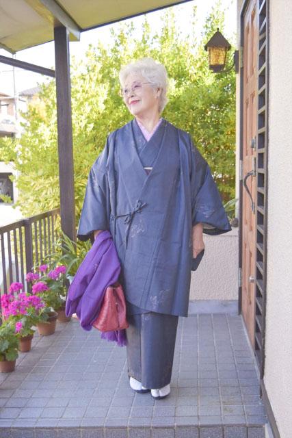 紺色の着物衿の道中着を着た女性
