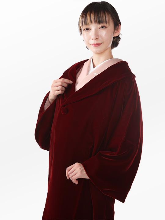赤いへちま衿コートを着た女性