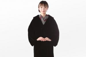 黒いコートと着物を着た女性
