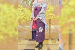 紫の袴を着た女性