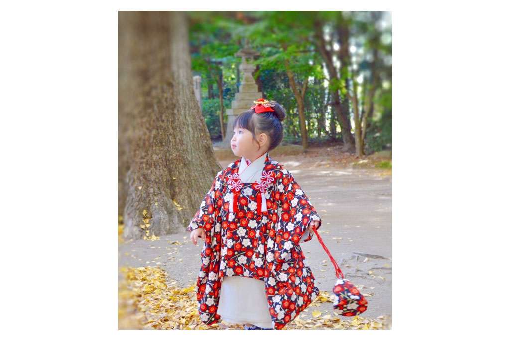 赤い被布着物を着た女の子