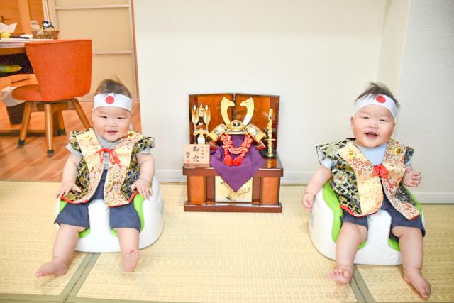 陣羽織を着た双子の男の子と5月兜