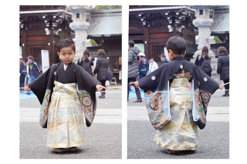 黒い着物に金襴の袴を着た男の子