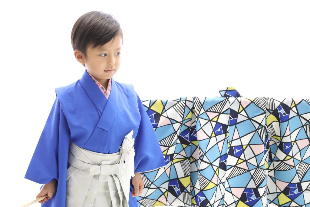 青い着物に白の袴を着た男の子