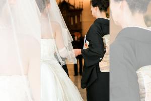 黒留袖を着た女性とウエディングドレスを着た女性