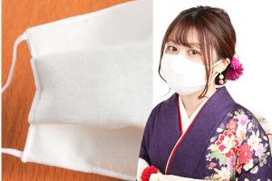 着物の生地で作られた白いマスクを付けた紫の振袖を着た女性