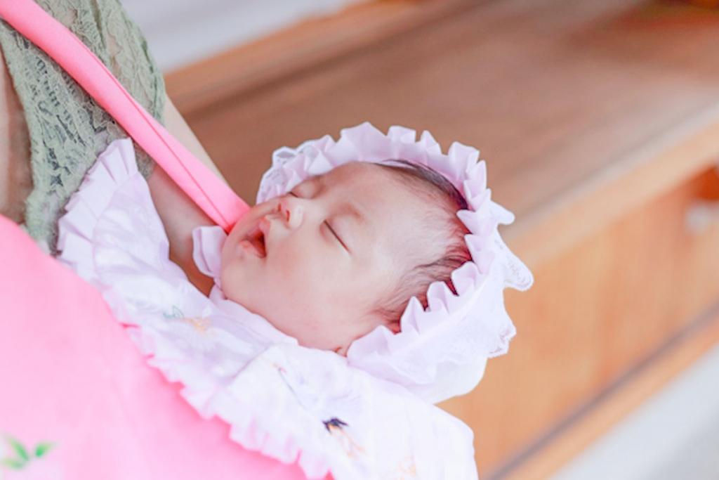 ピンクの産着を着た赤ちゃん