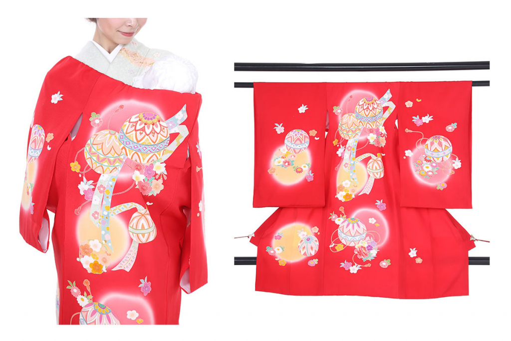 鞠と花模様の赤い産着を着た女性と衣桁にかけられた赤い産着