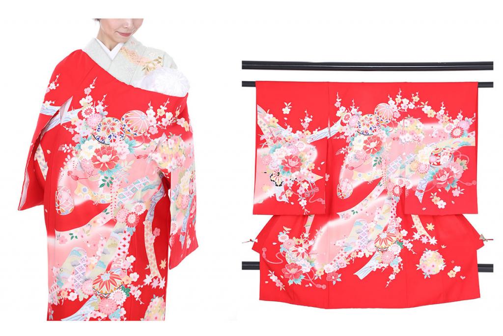 熨斗と鞠模様の赤い産着を着た女性と衣桁にかけられた赤い産着