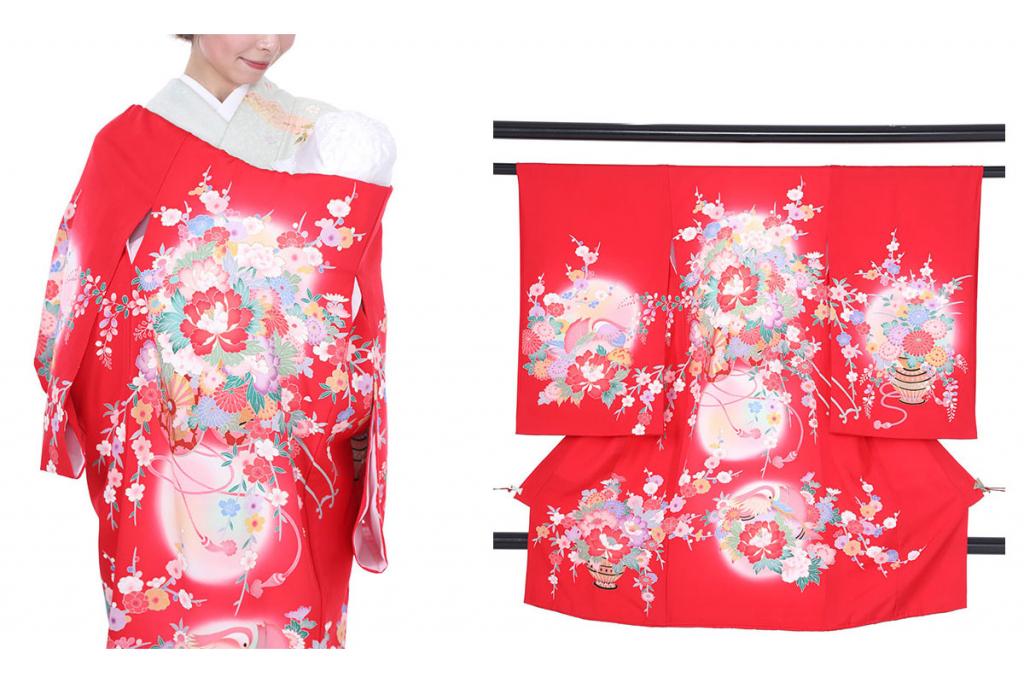 花車と鴛鴦模様の赤い産着を着た女性と衣桁にかけられた赤い産着
