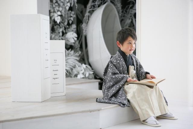 黒の羽織に白い袴の羽織袴を着た男の子