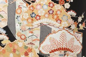 幔幕に松や桜、楓など四季の花が描かれた文様