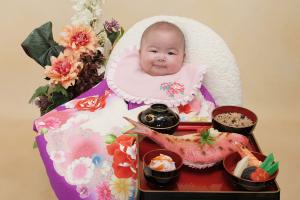 紫色の産着を着た赤ちゃん