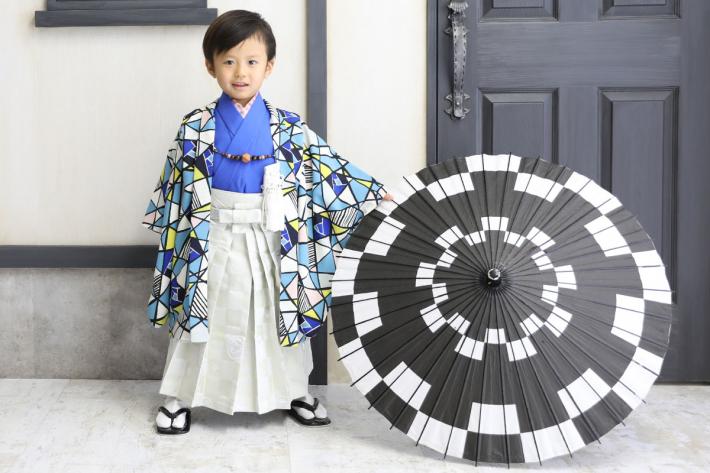青い羽織袴を着た男の子