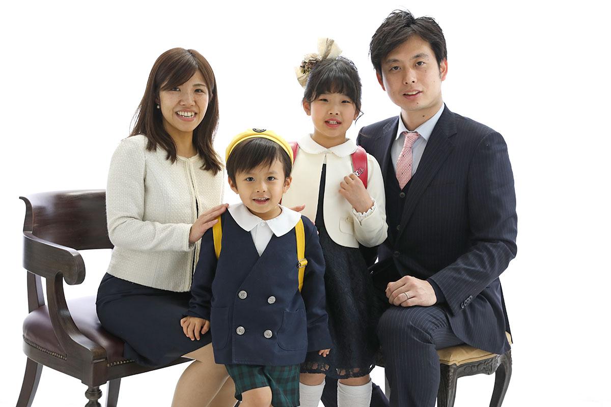 スタジオで家族写真を撮る家族
